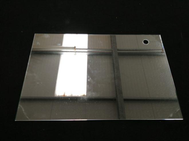 Miroir rectangulaire, tinte claire, perçage en haut a droite de diamètre 21.