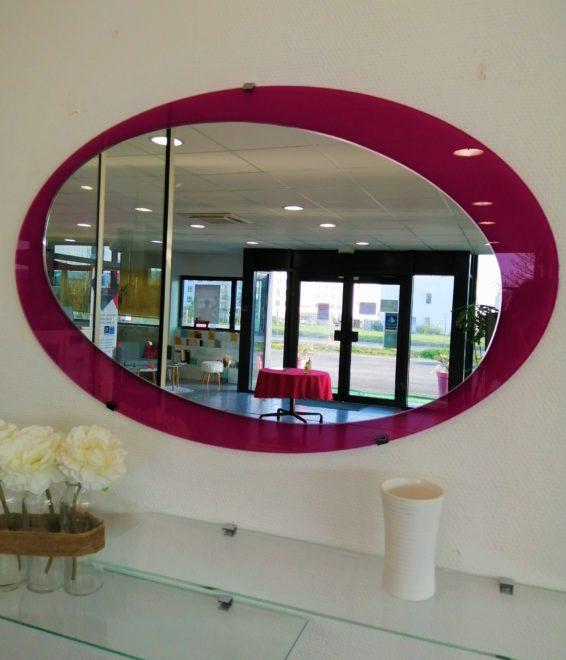 Miroir ovale contour fuchsia