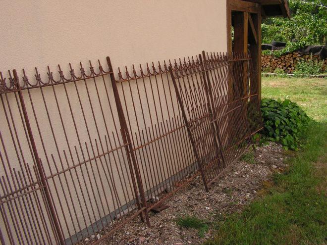Deux grilles en fer forgé anciennes